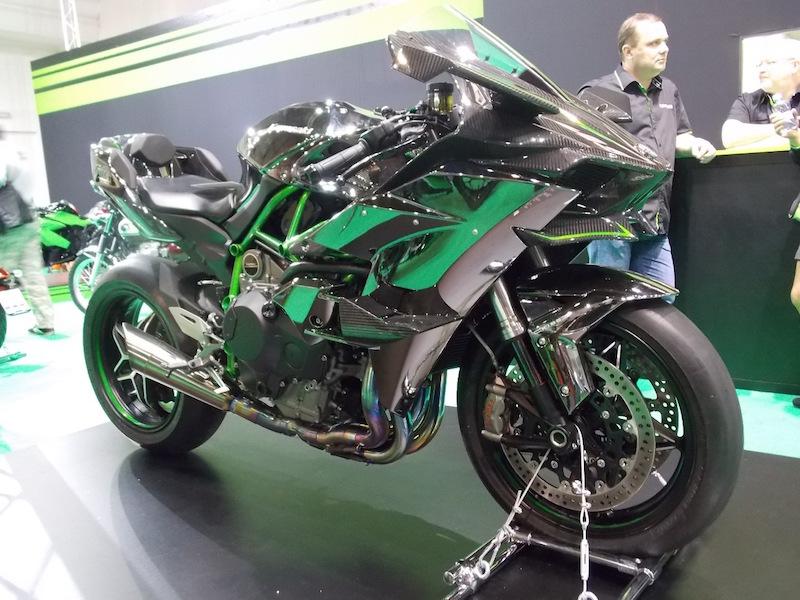 Kawasaki H2R v okruhové verzi o výkonu 326 koní